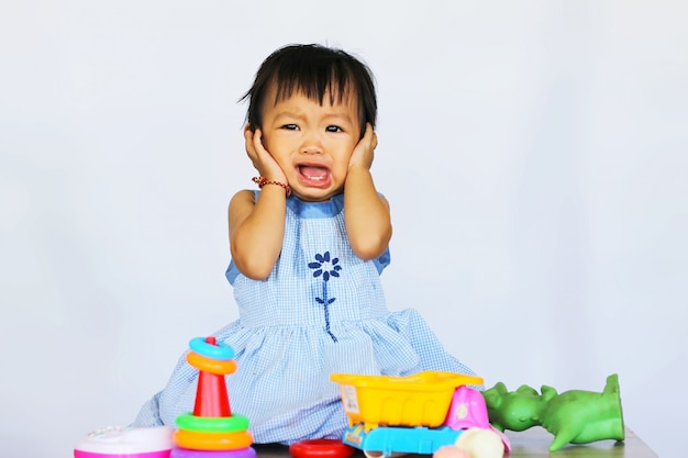 Fille Asiatique Enfant Qui Pleure Et Joue Avec De Nombreux Jouets. Photo Premium
