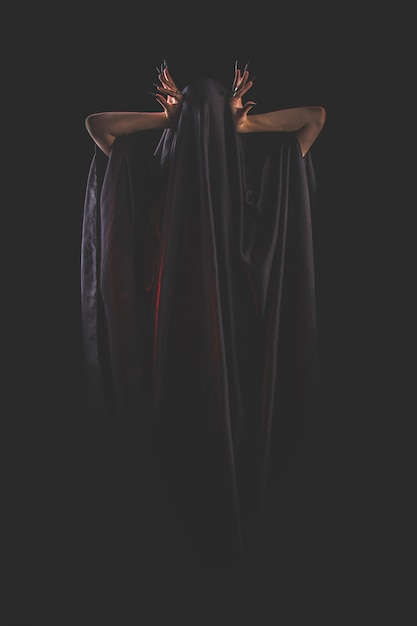 Une fille aux cheveux longs d'une sorcière essaie de s'enflammer Photo Premium