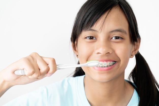 Fille aux dents bretelles souriante et heureuse Photo Premium