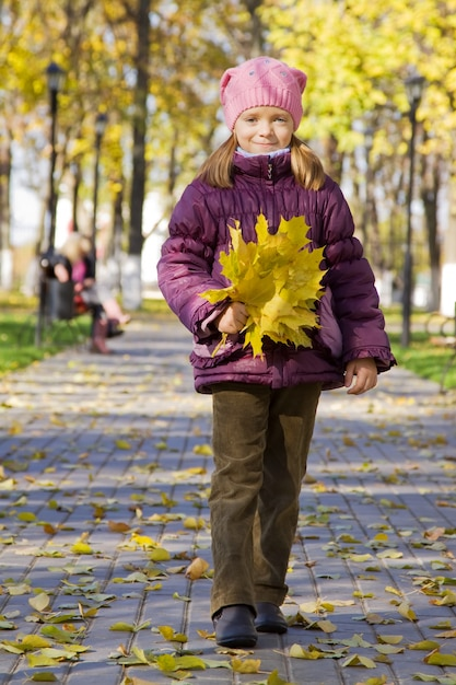 Fille aux feuilles d'érable Photo gratuit