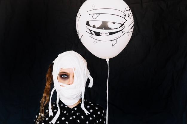 Fille avec des bandages sur le visage et le ballon Photo gratuit