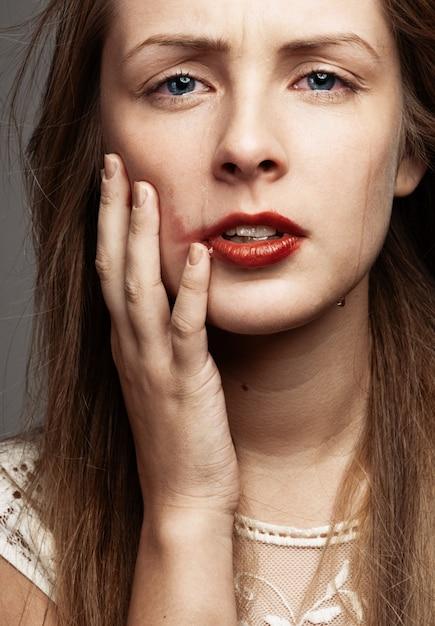 Fille de beauté qui pleure. beau modèle femme pleure. larmes Photo Premium