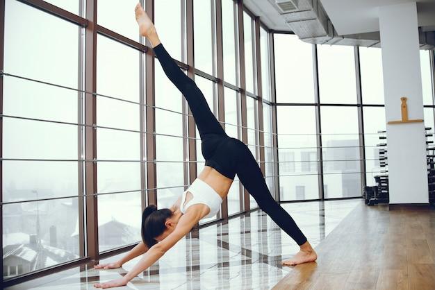 Fille belle et élégante faire du yoga Photo gratuit