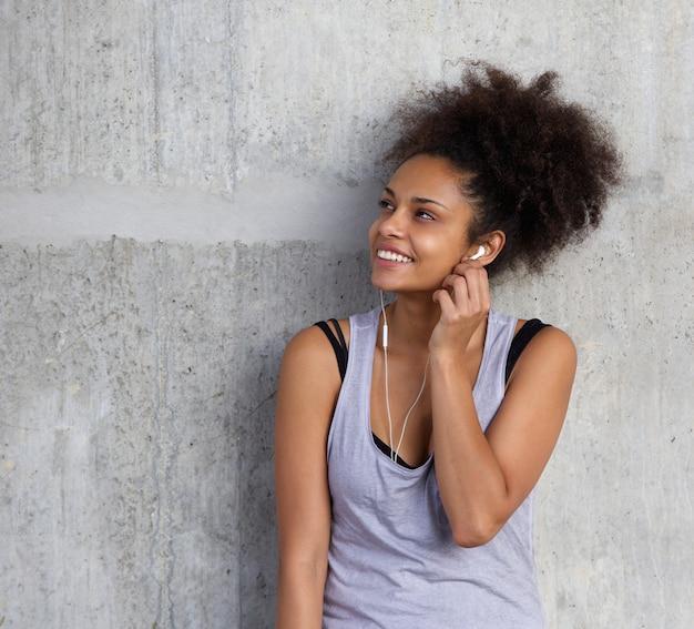 Belle Fille Metisse fille belle métisse souriante avec écouteurs | télécharger des