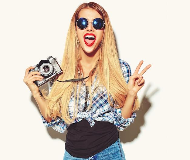 Fille Blonde Femme Dans Des Vêtements D'été Hipster Décontracté Photo gratuit