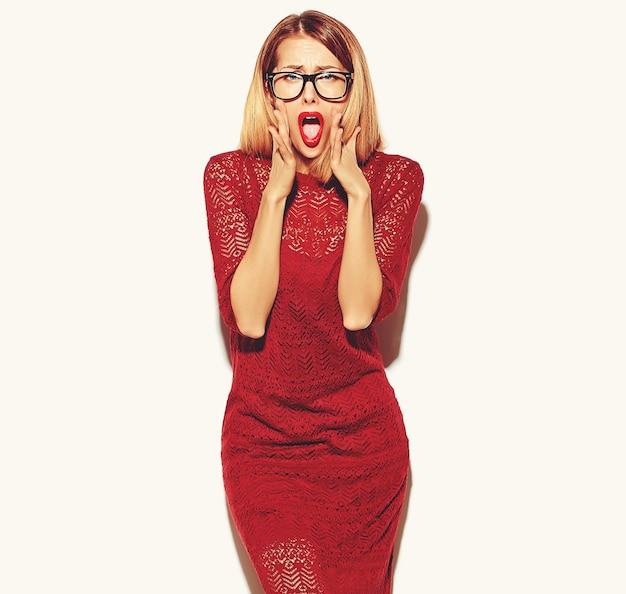 Fille Blonde Femme En Robe Rouge Avec Des Lunettes Photo gratuit