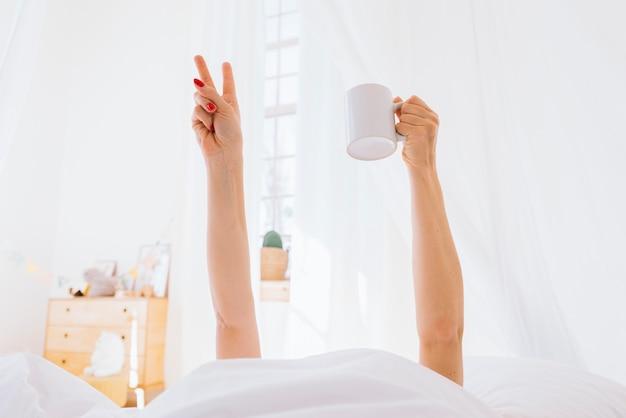 Fille blonde prenant un café le matin Photo gratuit