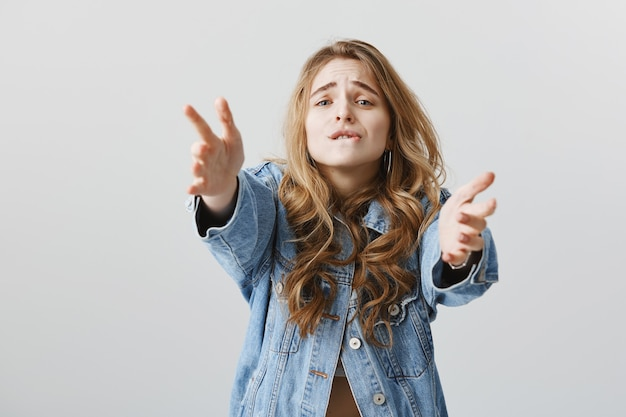 Fille Blonde Tentante Atteignant Les Mains Avec Désir, Voulant Tenir Ou Prendre Quelque Chose Photo gratuit