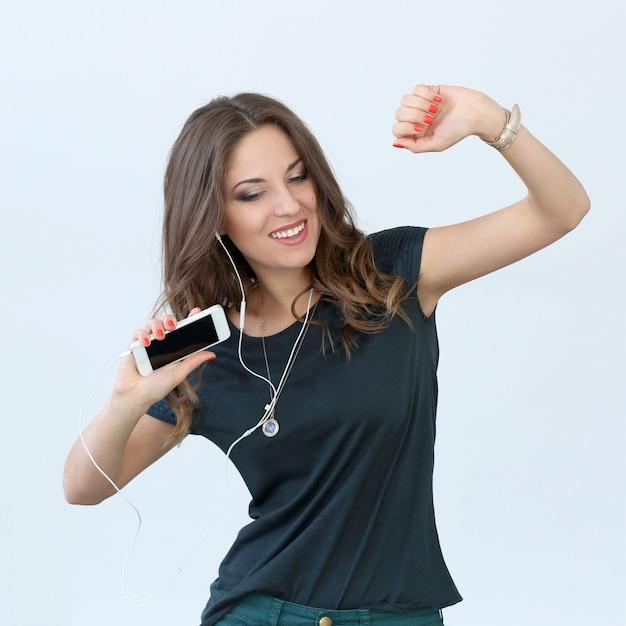 Fille bouclée avec téléphone portable Photo gratuit