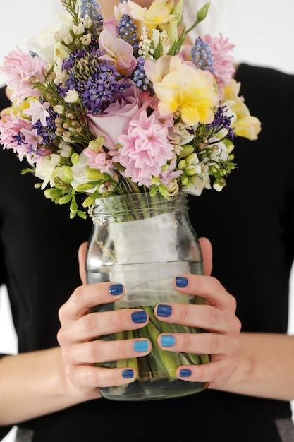 Fille avec bouquet Photo gratuit