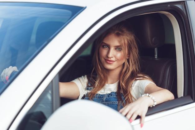 Fille branchée voyageant en voiture Photo Premium
