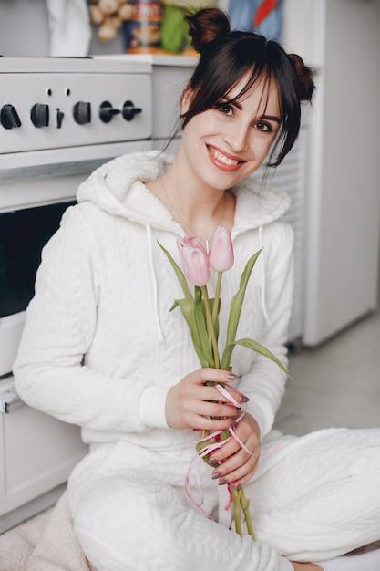Fille brune avec des fleurs roses Photo gratuit
