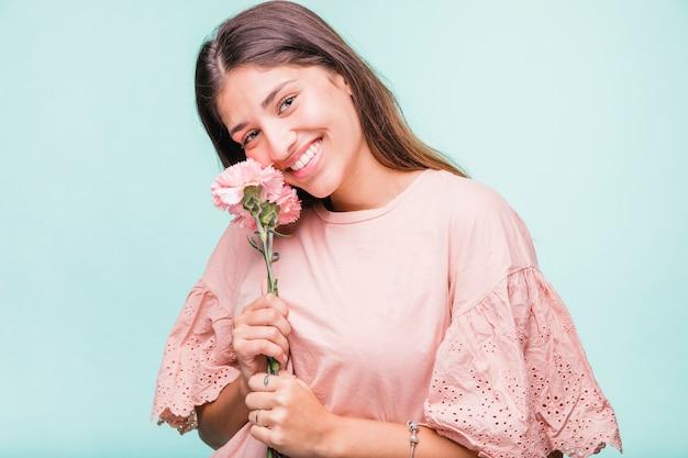 Fille brune posant avec des fleurs Photo gratuit