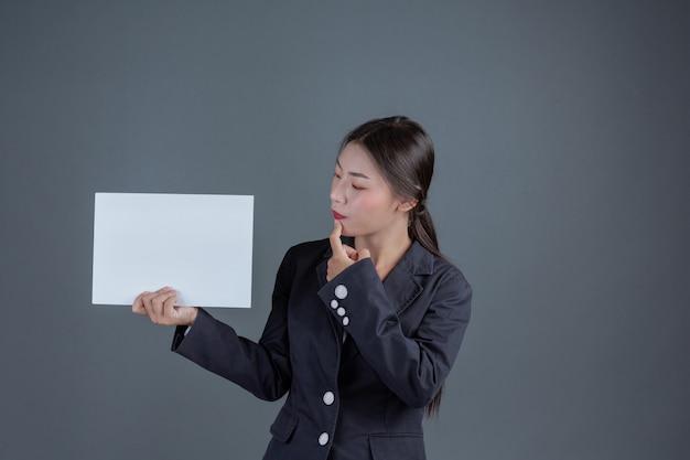 Fille de bureau tenant un tableau blanc Photo gratuit