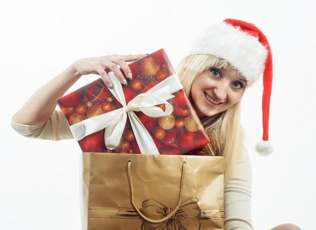 Fille avec des cadeaux de noël Photo Premium