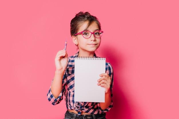 Fille avec cahier Photo gratuit