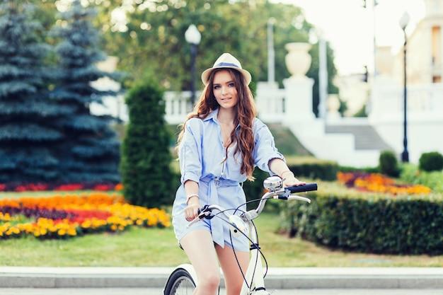 Fille caucasienne à vélo Photo Premium