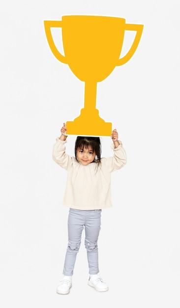 Fille célébrant le succès avec un trophée Photo gratuit