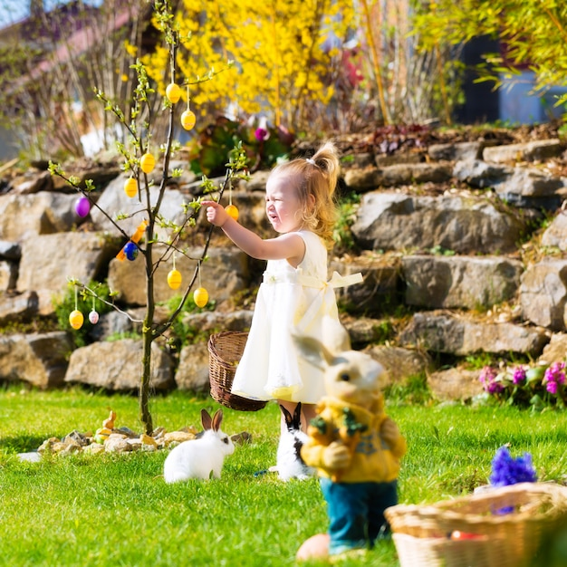 Fille sur la chasse aux oeufs de pâques avec des oeufs Photo Premium