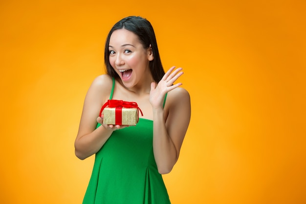 Fille Chinoise Avec Un Cadeau Photo gratuit