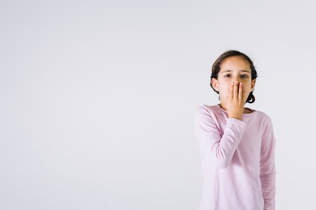 Fille choquée couvrant la bouche Photo gratuit
