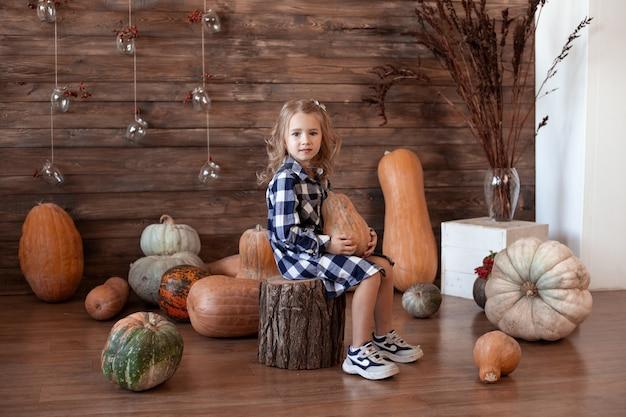 Fille Avec Citrouille à La Maison Photo Premium