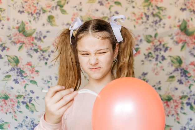 Fille en colère sautant le ballon avec une fourchette Photo gratuit
