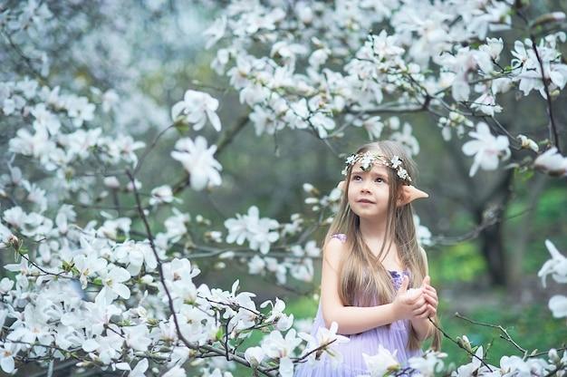 Fille de conte de fées. portrait d'enfant elfe mystique. personnage de cosplay. Photo Premium