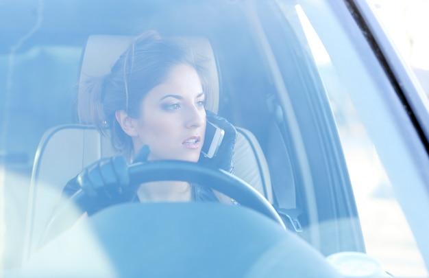 Fille cool dans la voiture Photo gratuit