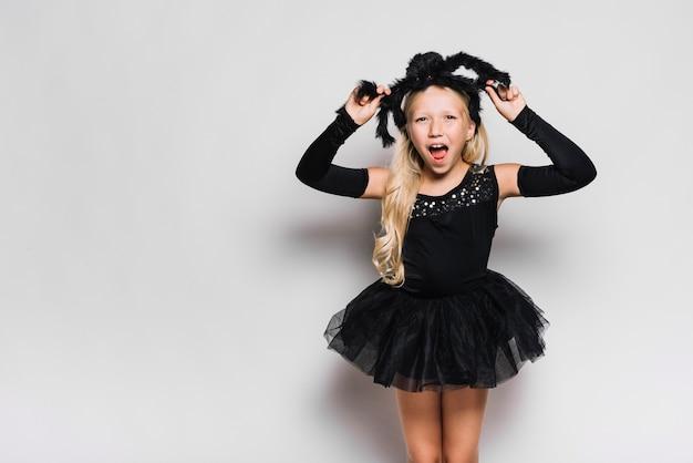 Fille en costume d'halloween criant Photo gratuit