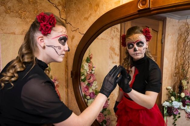 Fille en costume pour halloween. Photo Premium