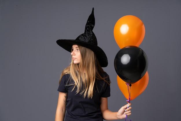 Fille avec costume de sorcière pour la fête d'halloween Photo Premium