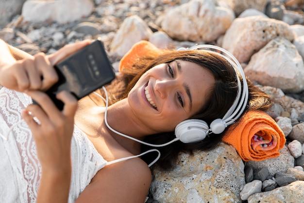 Fille De Coup Moyen écoutant De La Musique Photo Premium