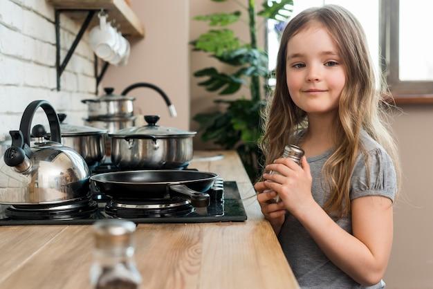 Fille à la cuisine Photo gratuit