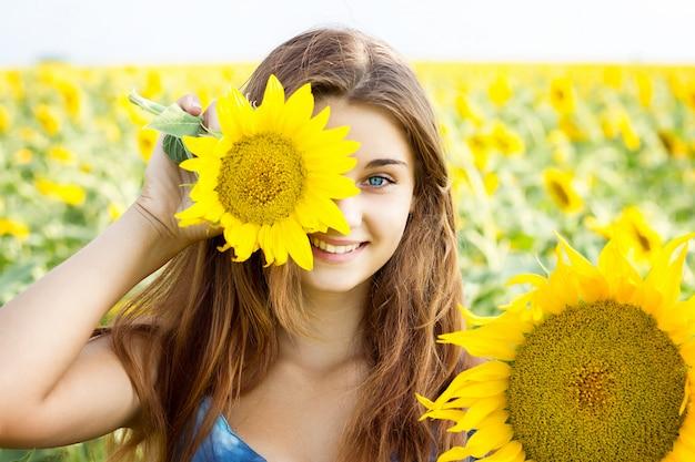 La fille dans le champ de tournesols, la grande fille émotionnelle Photo Premium