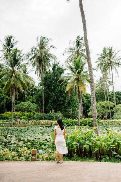 Fille dans un champ tropical Photo gratuit