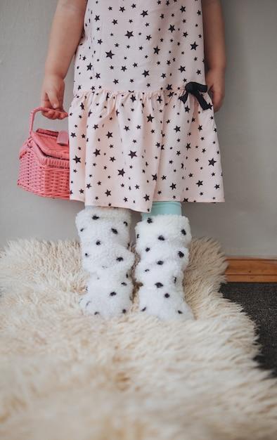 Fille dans une jolie robe rose avec le dos rose Photo Premium