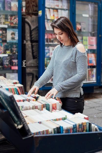 Fille dans la librairie Photo gratuit