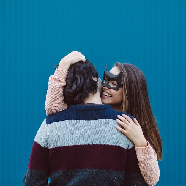 Fille dans un masque embrasser son jeune mec. Photo gratuit