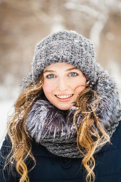 Fille dans un parc d'hiver couvert de neige Photo Premium