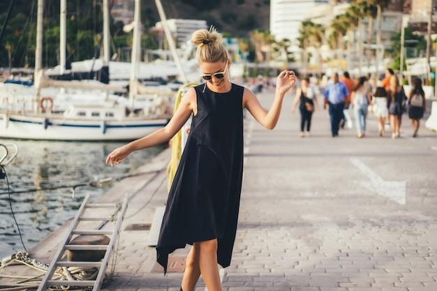 La fille dans le port Photo gratuit