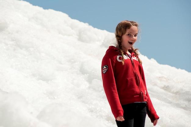 Fille debout sur un tas de neige à winnipeg beach, manitoba, canada Photo Premium