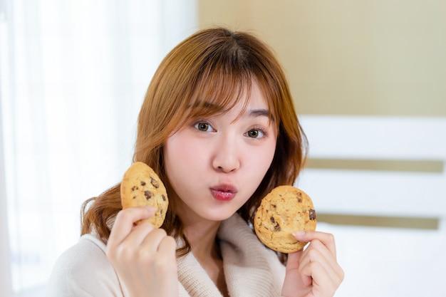 La Fille Et Déguste De Délicieux Biscuits Gastronomiques Photo gratuit