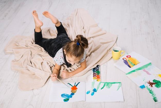 Fille, dessin, aquarelle, papier, dessine, mensonge Photo gratuit