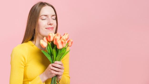 Fille Détendue Avec Des Fleurs Photo gratuit
