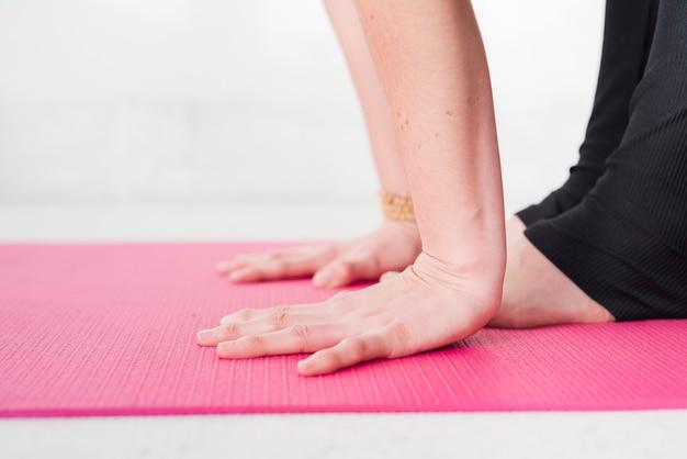 Fille détendue, pratiquant le yoga à la maison Photo gratuit