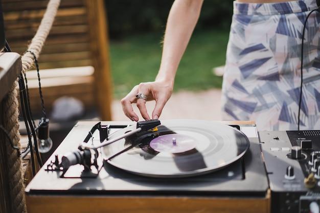 Fille dj jouer des disques de vinyle Photo gratuit