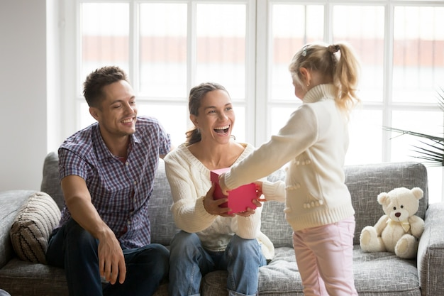 Fille donnant des cadeaux à maman lors de la fête des mères Photo gratuit