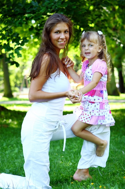 Fille douce et belle avec maman Photo gratuit