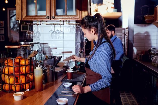 La Fille Du Barman Barista Prépare Du Lait Chaud Au Bar Du Café Res Photo Premium